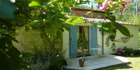 HOLIDAY HOUSE NEAR CHALAIS/AUBETERRE, CHARENTE,