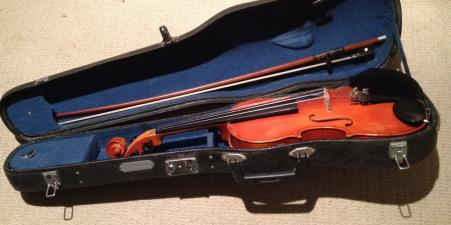 3/4 violin with bow